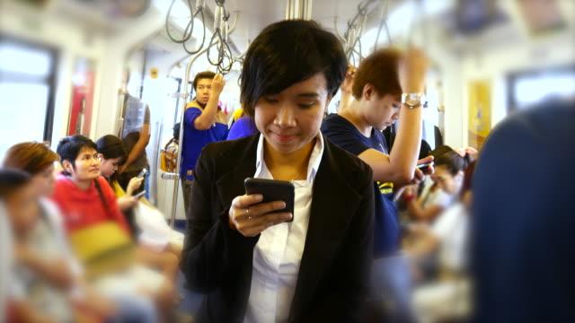4K:Businesswoman met behulp van smartphone op de trein