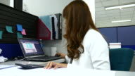 4K:Businesswoman working in office