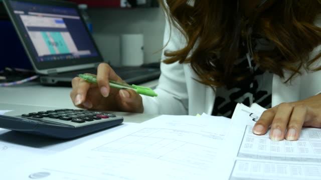 4 K :  primo piano di calcolo Donna d'affari in ufficio