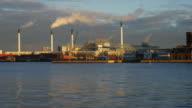 4 K: industrielle Fabrik bei Sonnenuntergang