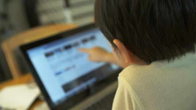 4 K :  piccolo ragazzo utilizzando Notebook toccare schermo.