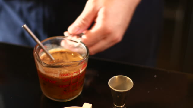 4 K: Messgefäß mit Milch in Kaffee