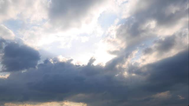 4 K: bewegliche Wolken und Sonne Strahlen, Timelapse
