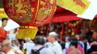 4K:People winkelen in de markt op chinese new year eve.