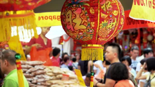 4K:People shopping i marknaden på kinesiska nyåret eve.