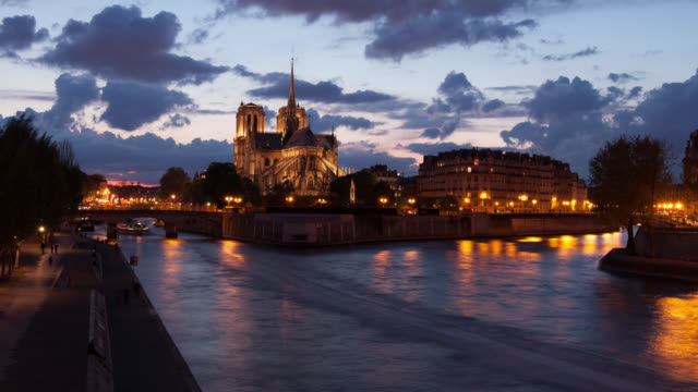 4K:Timelapse Notre Dame Cathedral at dusk in Paris, France