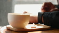 4K:Using smart watch in coffee shop