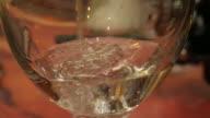 4 K: versare in un bicchiere di vino