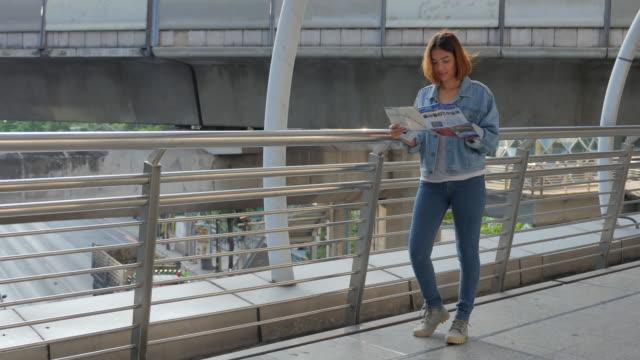 4 K :  Junge Frau mit touristische Karte, Schieberegler Schwenken
