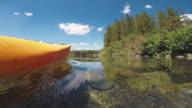 POV eines Mannes in einem ruhigen See Kajak