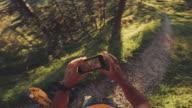 POV av en Man trail körs och kontrollera sportwatch och mobiltelefon