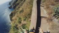 POV von einem Mann Trail-running-auf einer einzigen Spur auf hohen Felsen
