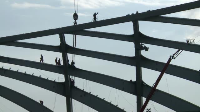 a muerte de un trabajador del estadio mundialista de Manaos que cayo desde 35 metros tiene las obras paralizadas este lunes a la espera de la...