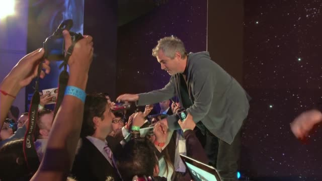 Abrumado por elogios el cineasta mexicano Alfonso Cuaron ve prematuro hablar del Oscar para Gravity VOICED Gravity llega triunfal a Mexico on October...