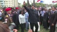 Aclamado por grupos de seguidores el presidente venezolano Nicolas Maduro prometio este viernes llevar a Barack Obama el pedido de justicia de las...