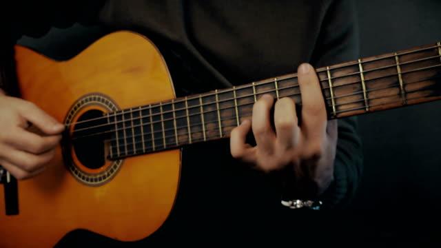 Akoestische gitaar In handen van de muzikant