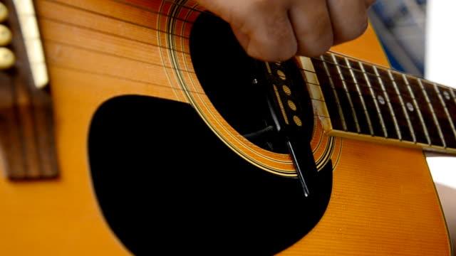 Akustische Gitarre spielen