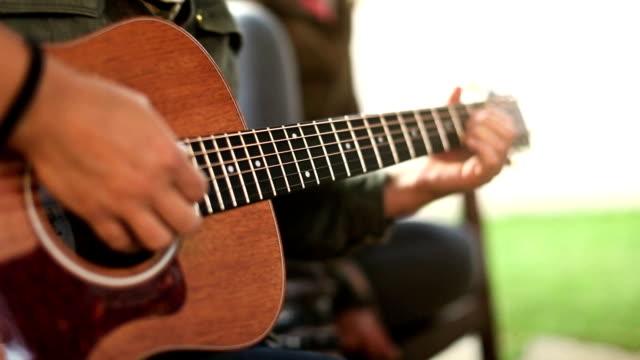 Akustische Gitarristen spielen chords, Nahaufnahme