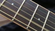 Akoestische houten 4e & 5e gitaarsnaren op Fret Board