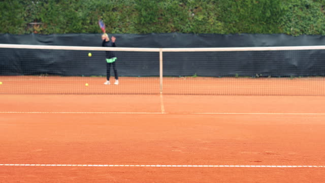 Aktive Erwachsene Frau spielen Tennis
