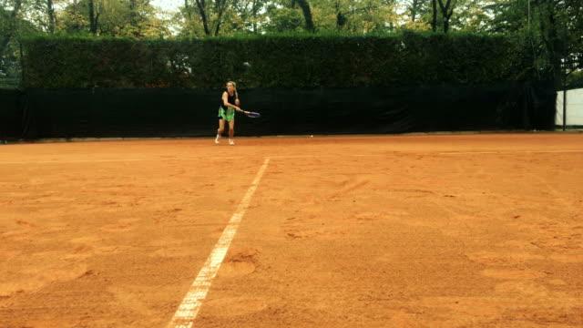 Aktive Reife Frau spielt Tennis