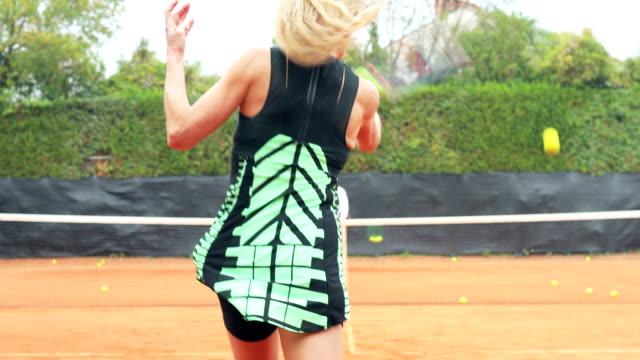 Aktive Reife Frau üben Tennis mit Private Coach