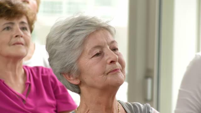 HD: Aktive Senior Frau, die Übungen