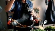 Hinzufügen von Gewürzen während des Kochens