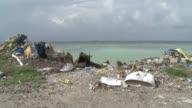 Ademas de un millar de islas rodeadas de agua azul turquesa las Maldivas tienen un problema una isla de la basura que supone un desastre ambiental...