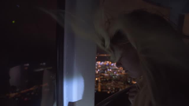Bewundern Sie die Stadt bei Nacht von einer Seilbahn