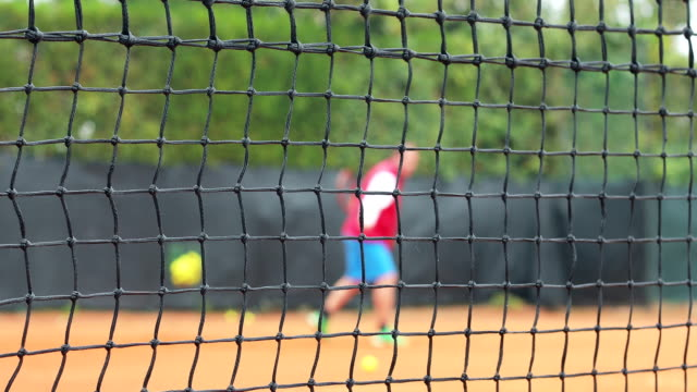 Erwachsener Mann spielen Tennis