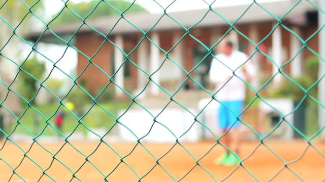Erwachsener Mann üben auf privaten Tennisplatz
