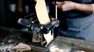 Volwassen vrouw maken van zelfgemaakte pasta