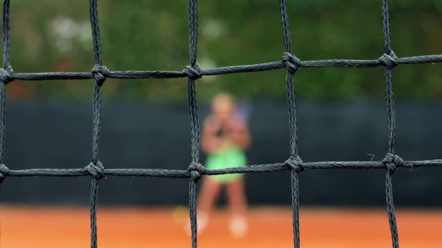 Erwachsene Frau spielen Tennis