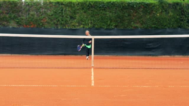 Erwachsene Frau üben servieren im Tennis