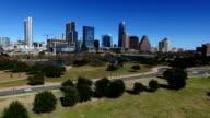 Luftbild Hintergrundgeräusche Pan in Austin, Texas, Butler Park ein wunderbar sonniger Tag Skyline der Stadt bis zur Hauptstadt Hill