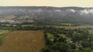 Luchtfoto drone uitzicht op de bergen van de Blue vallende lage wolken, Poconos, Pennsylvania, in de vroege ochtend.