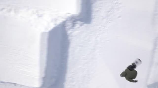 Veduta aerea di Snowboard freestyle eseguire un grande salto in aria