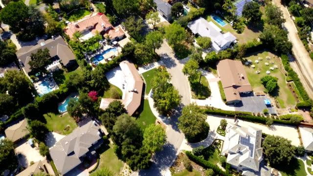 Antenne der Häuser und Bäume in Wohngegend