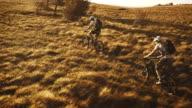 Luftaufnahme von Mountainbikern auf dem Rasen mit plateau