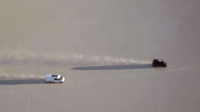Luchtfoto van busjes rijden door de woestijn