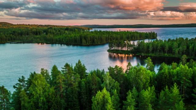 Luchtfoto van woestijn landschap met meren, omgeven door bos in Zweden - 4 K Natuur/Wildlife/weer