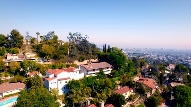 Luchtfoto push over voorgrond onthullen de skyline van downtown Los Angeles en de massieve grootte van Los Angeles.