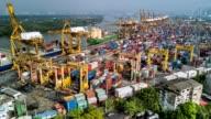 Aerial Shooting von Containern in Bangkok Handelshafen Jao Phra Ya Fluss, Bangkok, Thailand.