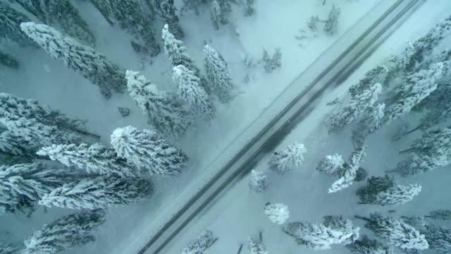 Luftaufnahme der Misty Winter Road