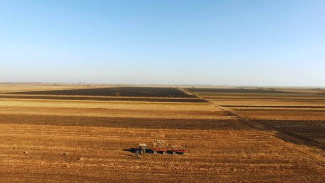 Luftaufnahme von einem Traktor auf einem Bauernhof Feld