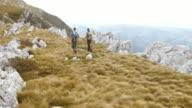 Luchtfoto van het paar lopen de bergrug wandelen