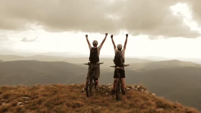 Luchtfoto van de mountainbikers stoppen aan rand van ridge