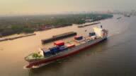Luftaufnahme track von Frachtschiff in river