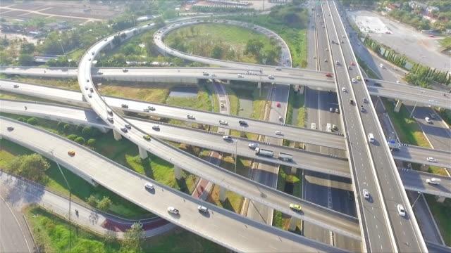 Vista aerea: trafficata superstrada a Bangkok in Thailandia